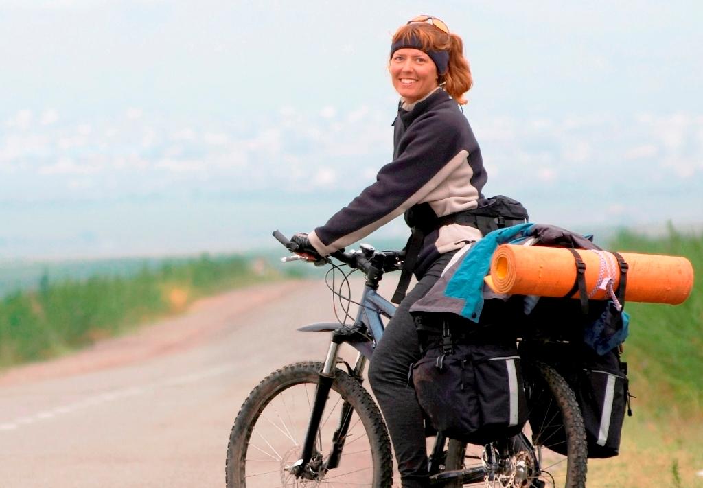 Woman_on_touring_bike_www.yha.co.nz_1.jpg